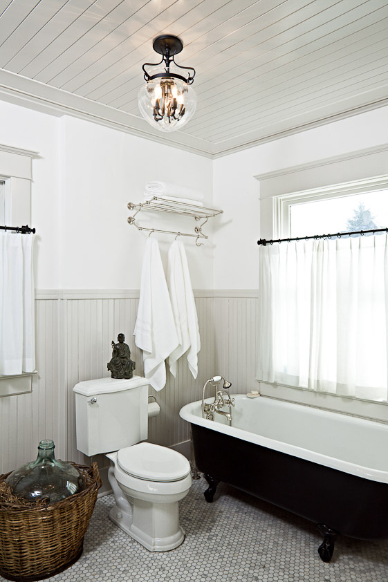 Classic Black and White Bathroom Remodeling Ideas - 2