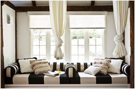 Stripes of different widths in a graphic daybed